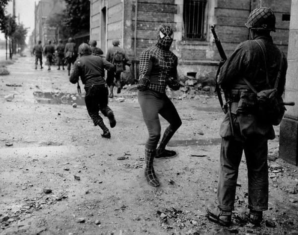 Soldats américains se livrant à des combats de rue, avenue de Paris, Cherbourg-Normandy 1944